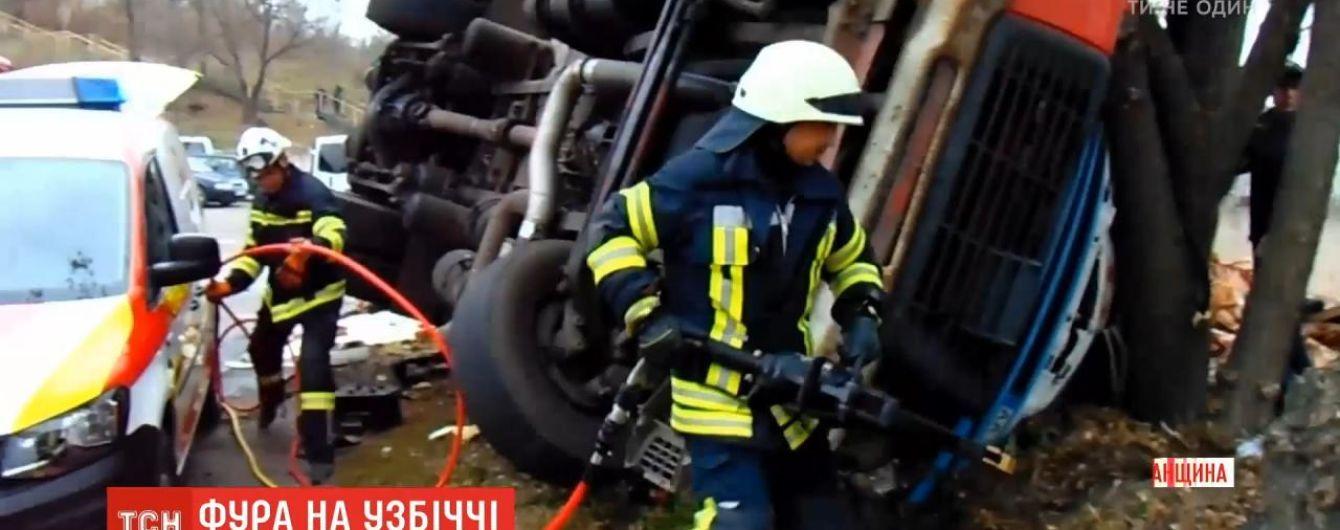 На Луганщине фура слетела с дороги. Водителя и пассажира зажало в истерзанной кабине