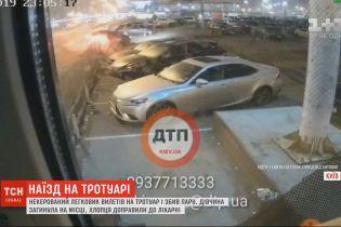 """В Сети выложили видео жуткого наезда Lexus на пешеходов возле станции метро """"Осокорки"""" в Киеве"""