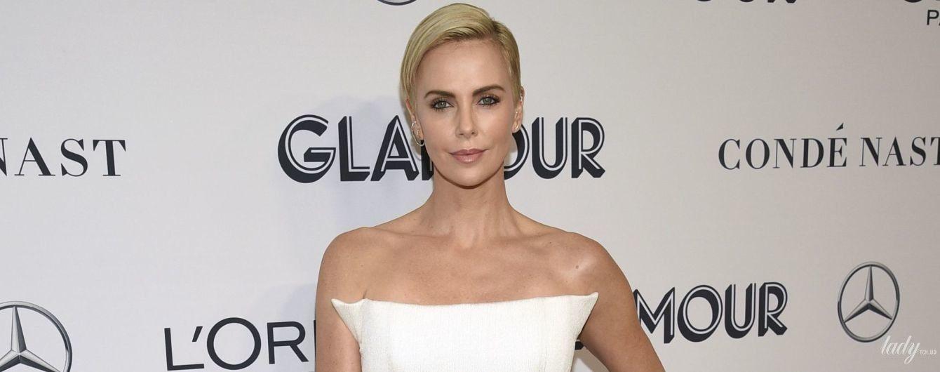 В белом платье с перьями: Шарлиз Терон блистала на красной дорожке в Нью-Йорке