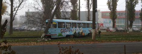 В Одессе трамвай с пассажирами слетел с рельсов и снес столб
