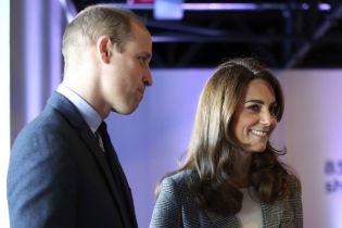 Элегантная Кейт Миддлтон в укороченных штанах вместе с Уильямом встретились с волонтерами