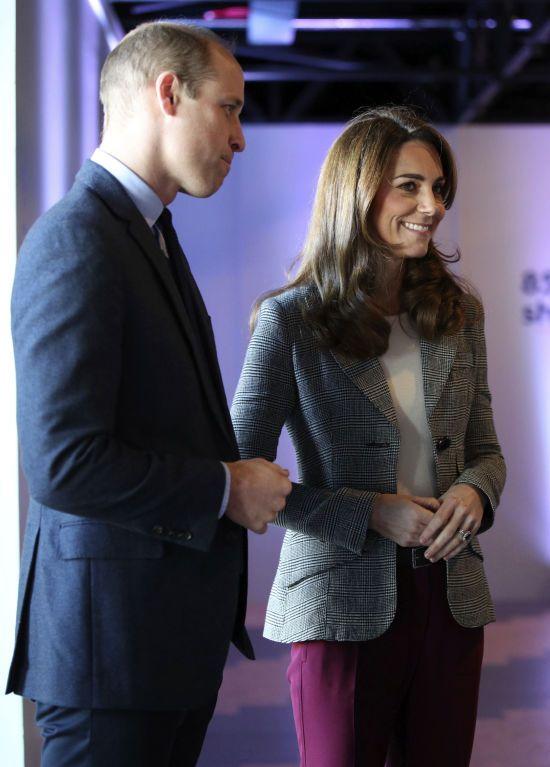 Елегантна Кейт Міддлтон в укорочених штанях разом з Вільямом зустрілися з волонтерами