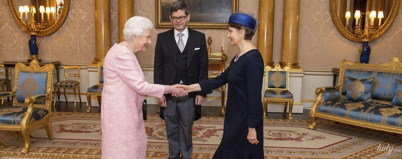 Какой нежный образ: королева Елизавета II в розовом платье пришла на прием