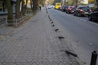 Таксист Uber снес свыше десятка металлических столбцов на тротуаре во Львове