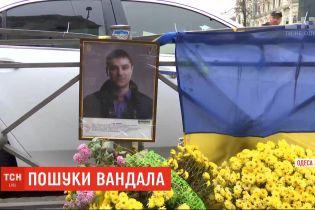 Более 100 тысяч гривен получит информатор о вандалах, которые разбили мемориальный знак в Одессе