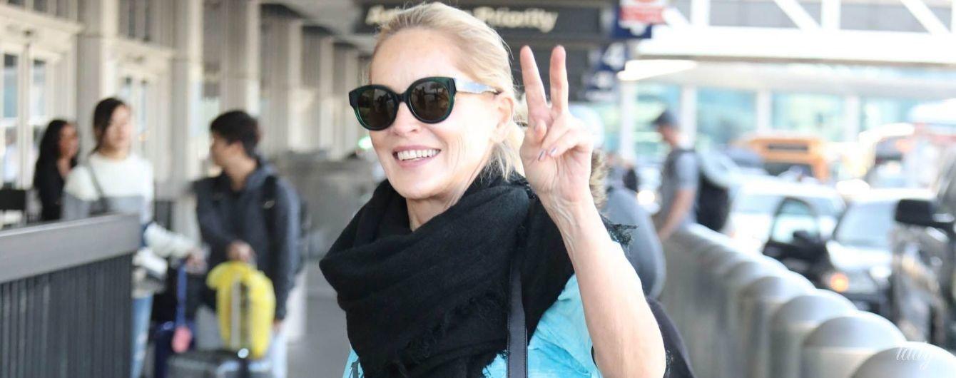 У простому луці і з леопардовою сумкою: Шерон Стоун в аеропорту Лос-Анджелеса