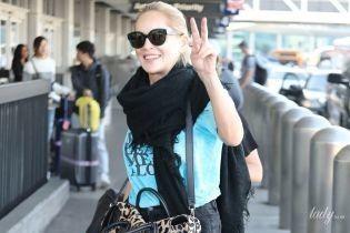 В простом луке и с леопардовой сумкой: Шерон Стоун в аэропорту Лос-Анджелеса