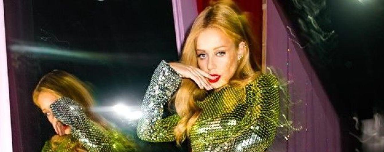 Має прекрасний вигляд: Тіна Кароль підкреслила сексуальні форми блискучою сукнею з паєтками