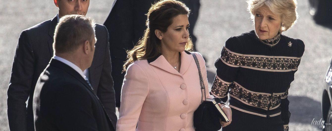 В розовом костюме и на высоких шпильках: принцесса-беглянка Хайя приехала в суд