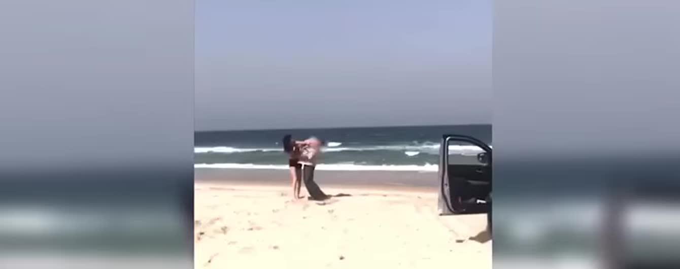В Новой Зеландии нарушительница в бикини залезла на монумент времен войны и избила копа