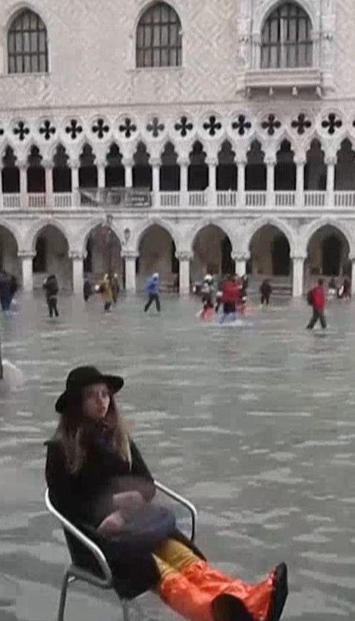 Венеция страдает от высокой воды и сильных ветров, но туристов непогода не пугает
