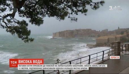 Мощные ветры на хорватском побережье спровоцировали 11-метровые волны