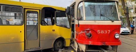 В Киеве на Кирилловской маршрутка протаранила трамвай