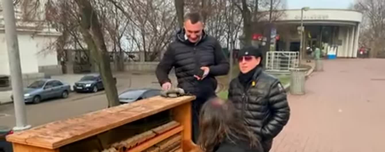 Фронтмен Scorpions спел с уличным музыкантом в центре Киева