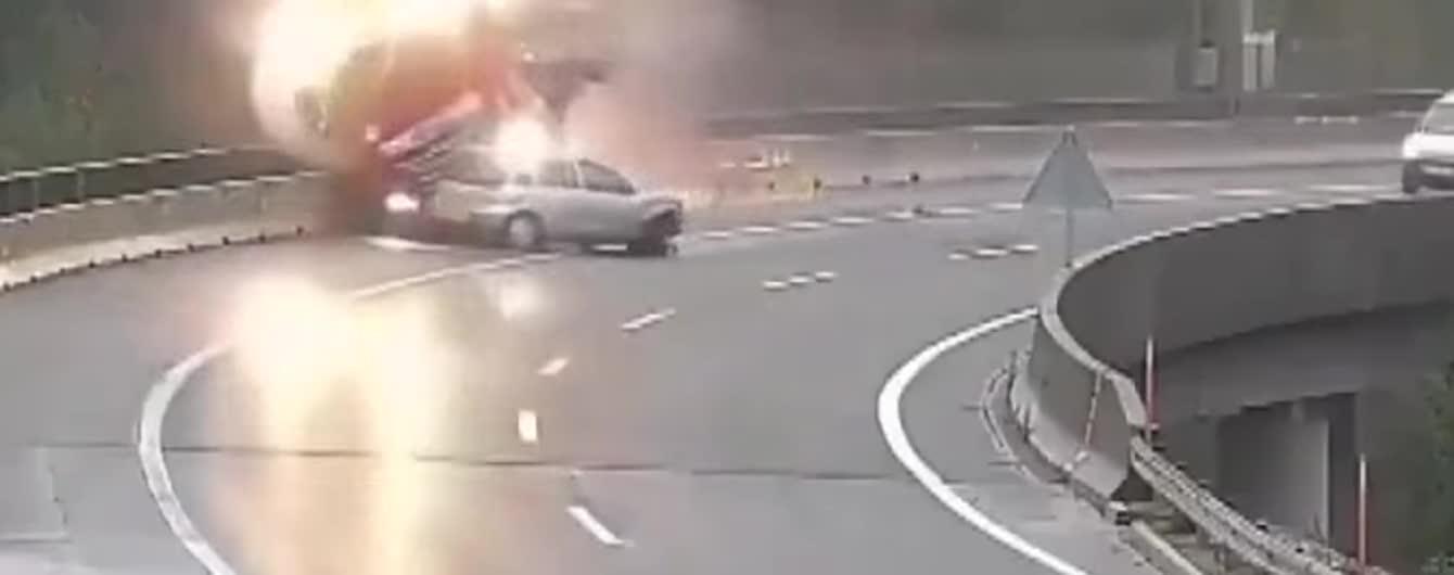 Момент жуткого падения фуры с моста в Словении сняли на видео. Водитель погиб