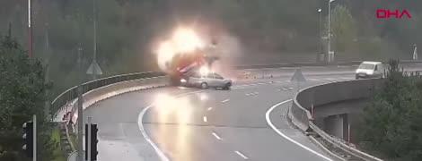 Момент страшного падіння фури з мосту у Словенії зняли на відео. Водій загинув