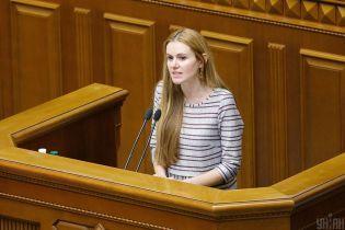 """""""Слугу народа"""" Скороход хотят выгнать из фракции. Арахамия говорит, что ее муж запугивал депутатов"""