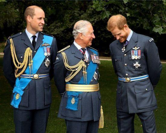 На честь 71-річчя принца Чарльза рідні показали його рідкісні знімки з найменшими онуками