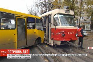 На столичному Подолі маршрутка врізалася у трамвай, а потім у неї в'їхав легковик
