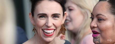 С красной помадой и в платье с плиссированными рукавами: премьер-министр Новой Зеландии на красной дорожке