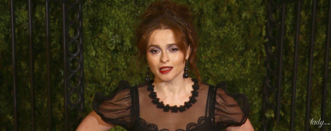 В платье с кружевом и перьями: Хелена Бонэм Картер на премьере сериала в Лондоне