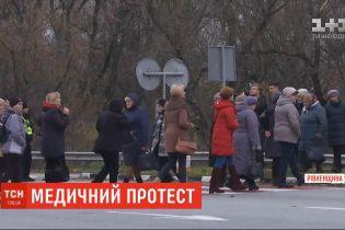 Працівники Дубенської райлікарні перекривали трасу Київ-Чоп на Рівненщині