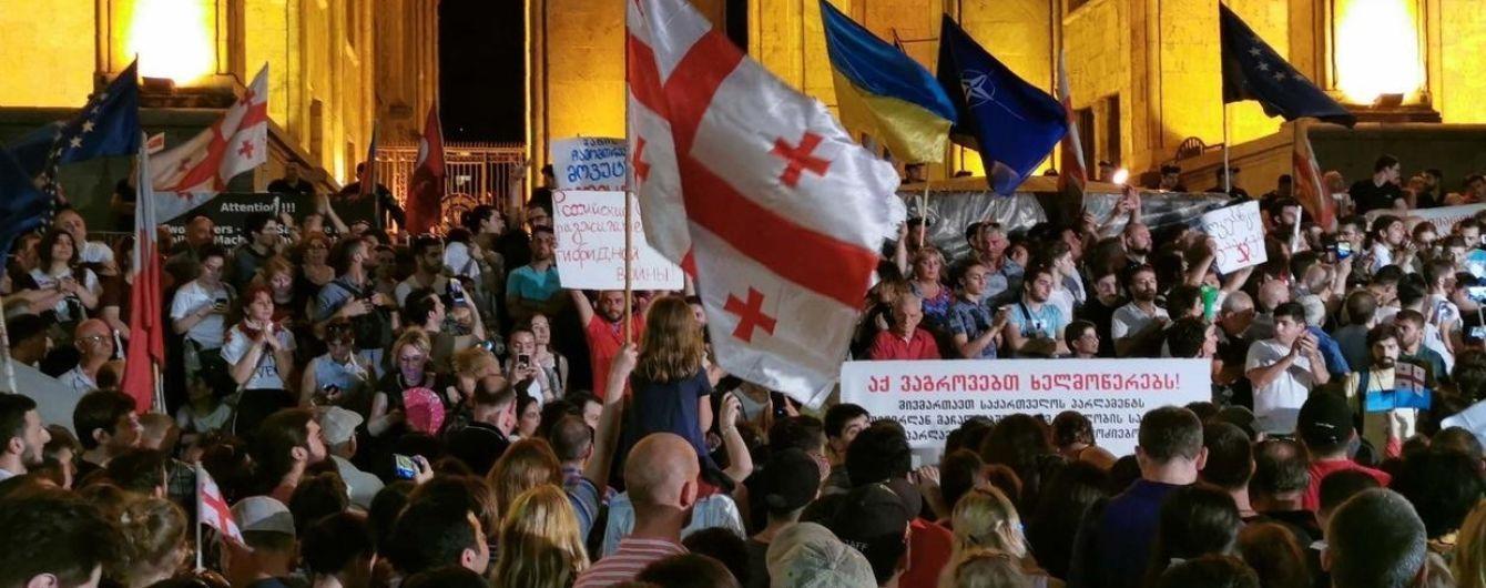 У Тбілісі поновилися масові протести, мер Каладзе оскандалився через піднятий середній палець