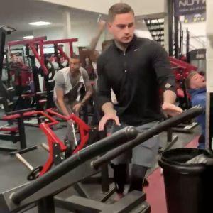 Посетители тренажерного зала в Британии устроили драку штангой и ногами. В Twitter появилось видео