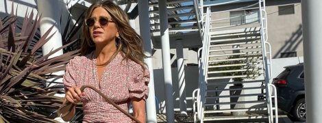 В рожевому міні за 800 доларів: Дженніфер Еністон вийшла на прогулянку з другом