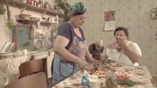 alyona alyona випустила 10-хвилинний кліп про мамин суп і татів борщ