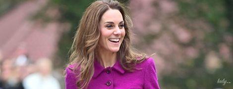 В любимом старом костюме: герцогиня Кембриджская с широкой улыбкой на лице открыла детский хоспис