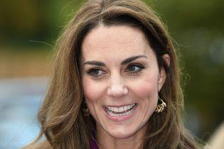 Улыбающаяся Кейт Миддлтон в ярком костюме сиреневого цвета очаровала образом