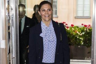 В блузке с принтом polka dot: кронпринцесса Виктория на деловой встрече