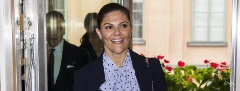 В блузці з принтом polka dot: кронпринцеса Вікторія на діловій зустрічі