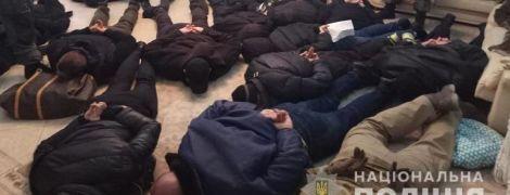 В Киеве 17 мужчин ворвались в квартиру и выгнали оттуда хозяйку с дочкой
