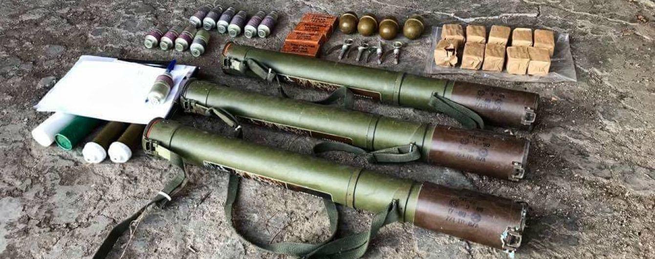 В Донецкой области военные нашли схрон с гранатометами в подвале жилого дома