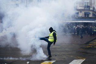 """Годовщина акций """"желтых жилетов"""" в Париже: полиция гасила митингующих газом и арестовывала"""