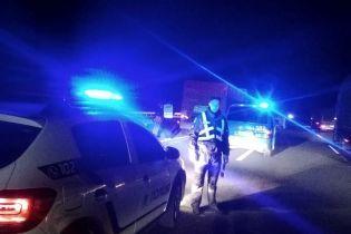 На трасі Київ-Одеса позашляховик розчавив двох людей, які міняли колесо