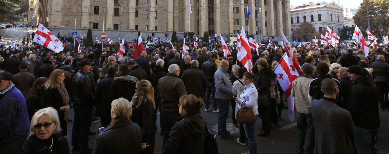 В Тбилиси тысячи людей на акции протеста требуют досрочных парламентских выборов