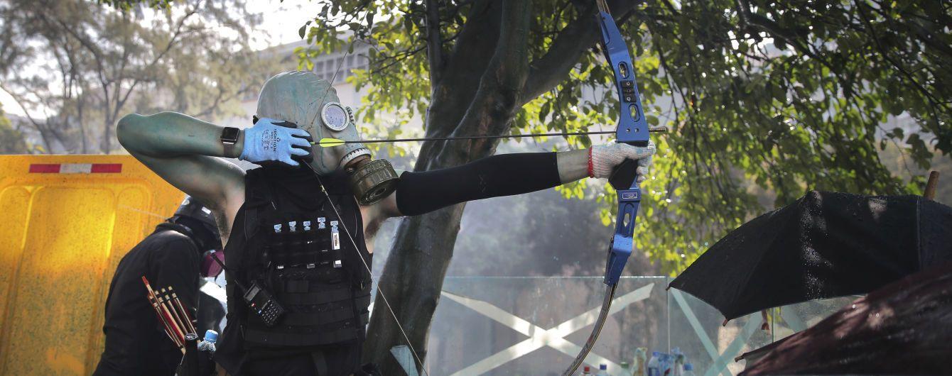 В Гонконге митингующие ранили из лука полицейского