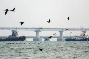Как захваченные три украинских корабля выводили из акватории Керчи. Фоторепортаж