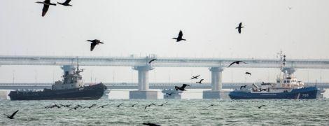Як захоплені три українські кораблі виводили з акваторії Керчі. Фоторепортаж
