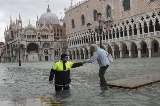 Венеция противостоит третьей большой волне прилива. Вода поднялась на полтора метра