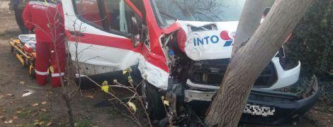 Не пропустил. В Одессе из-за водителя легковушки карета скорой помощи врезалась в дерево