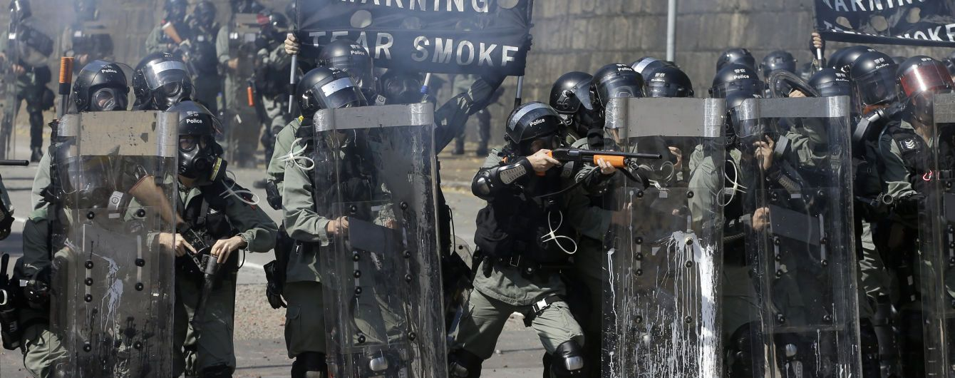 Полиция Гонконга грозит протестующим огнестрельным оружием