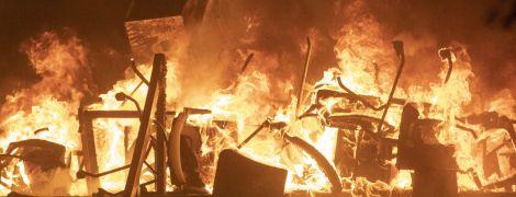Университет превратился в поле битвы: в Гонконге окруженные митингующие подожгли мост и бронеавтомобиль