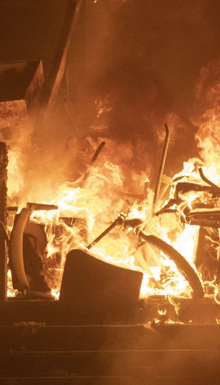 Університет перетворився на поле битви: у Гонконгу оточені мітингарі підпалили міст і бронеавтомобіль