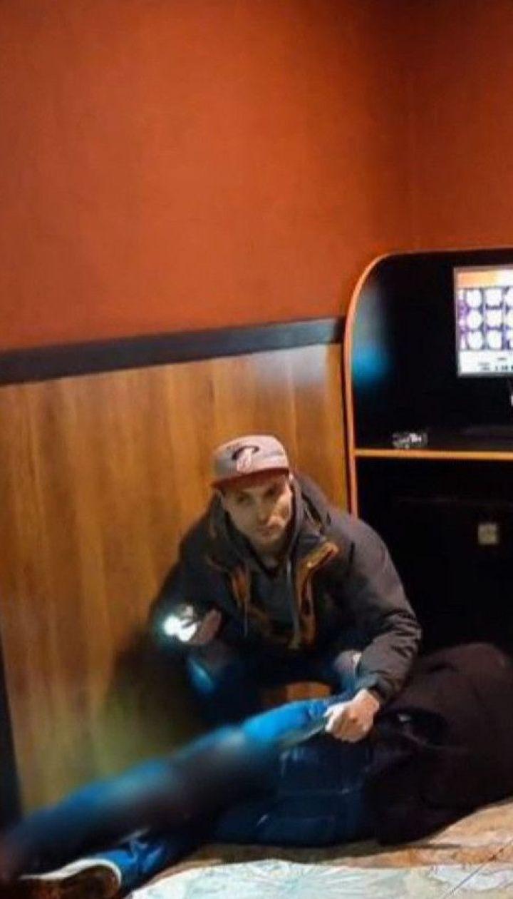 В Киеве неизвестный нанес мужчине ножевое ранение прямо в игровом зале