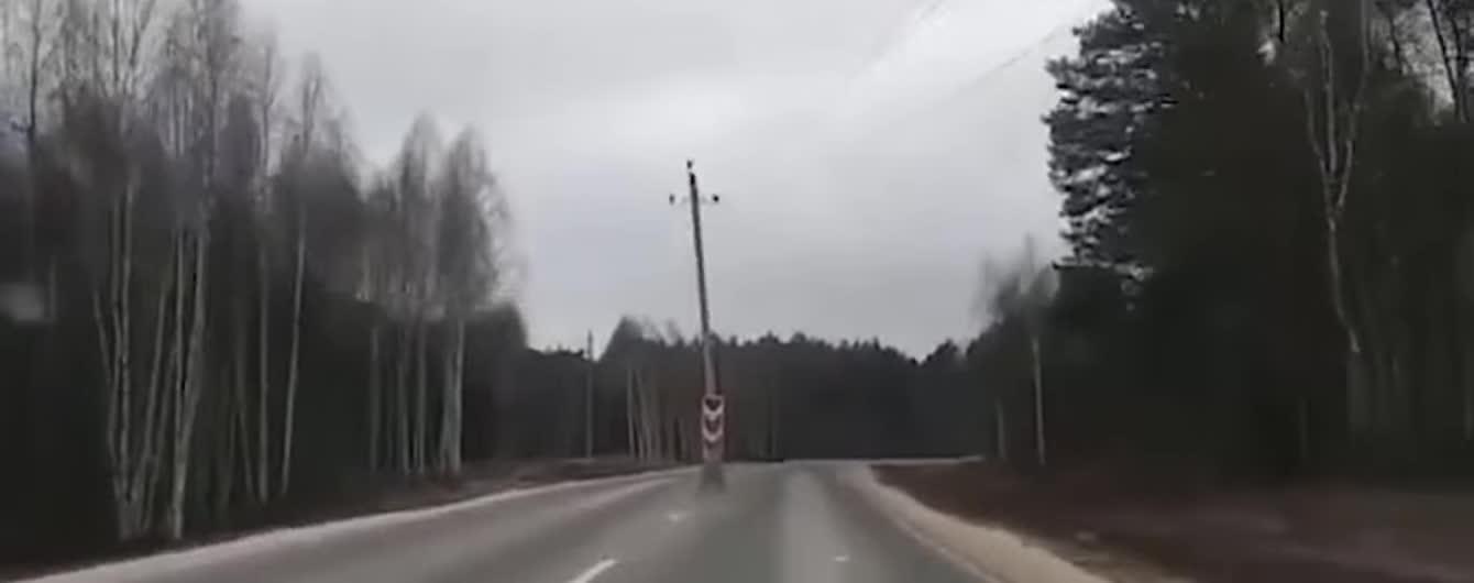 У Росії посеред новенької дороги встановили кілька стовпів. Відео