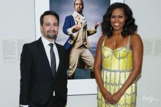 Смело подчеркнула декольте: экс-первая леди Мишель Обама посетила галерею